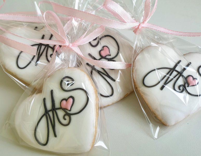 Ciasteczka ślubne, ciastka z inicjałami, podziękowania ślubne dla gości, lukrowane ciasteczka na wesele Basia sweets