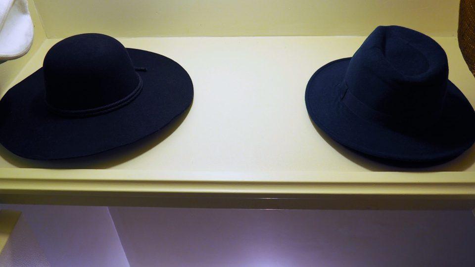 placard de l'entrée - chapeaux