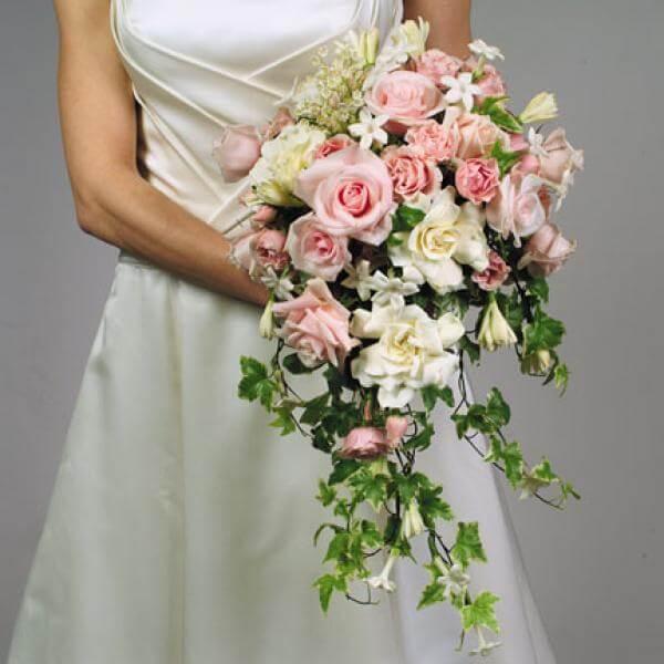 Букет - водопад свадебный из роз