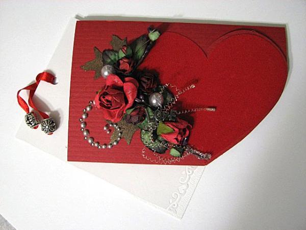 Красное сердце с букетом цветов.