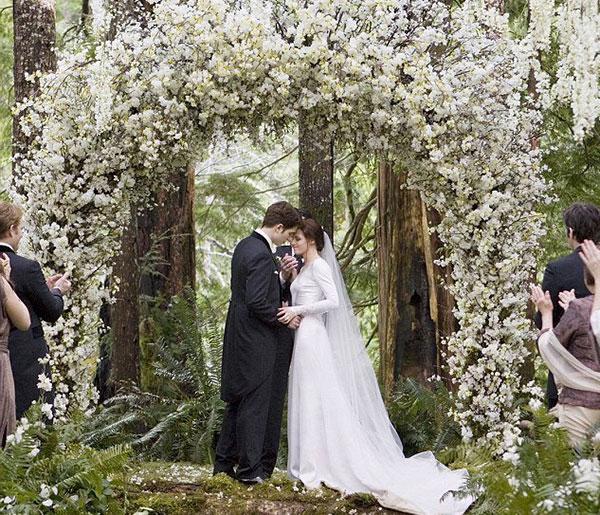 арка свадебная объемная из белых цветов