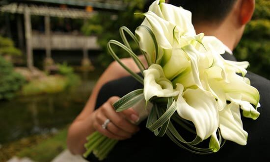 невеста с букетом из белых калл