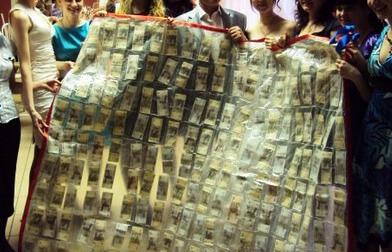 Оригинальный подарок на свадьбу: денежная скатерть