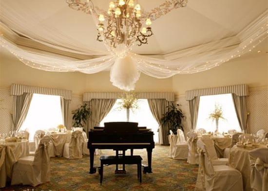 оформление свадебного зала в белом