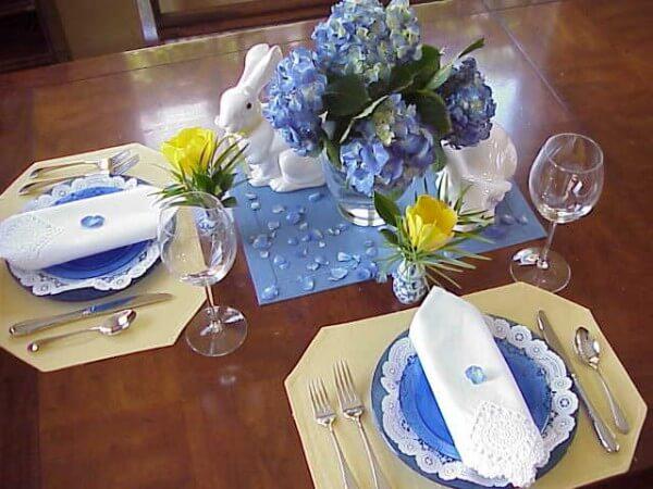 Для сервировки стола выбирается синий цвет