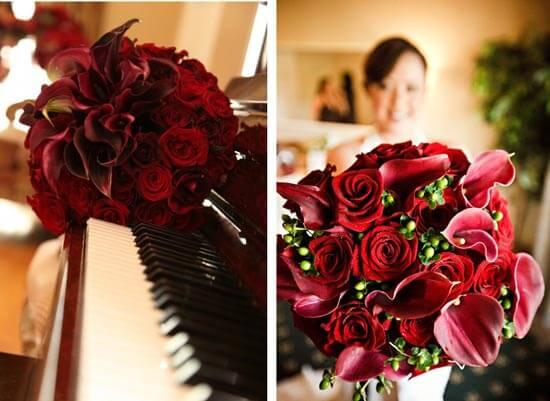 Букет невесты из красных калл и красных роз