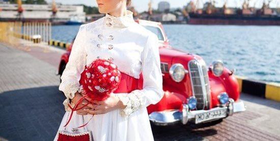 Невеста с ярким красным букетом