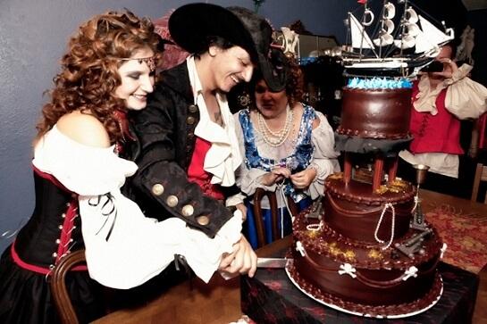 Молодожены на свадьбе в стиле пиратов