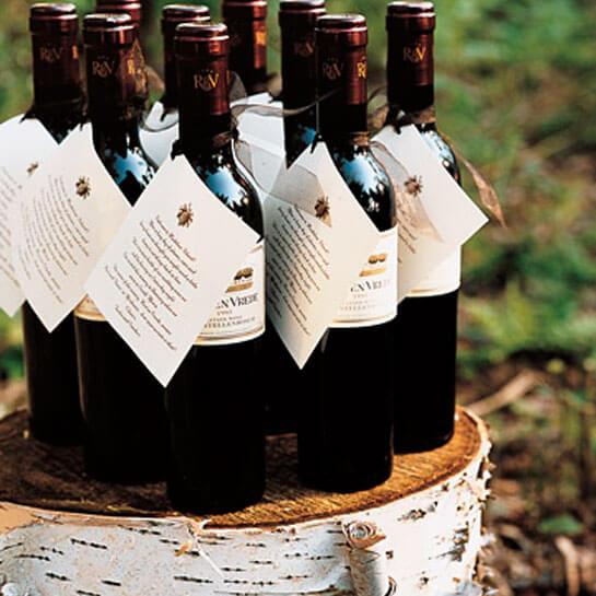 бутылка хорошего вина - подарок, который гости наверняка оценят