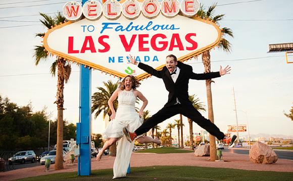 Жених и невеста в стиле Лас Вегас