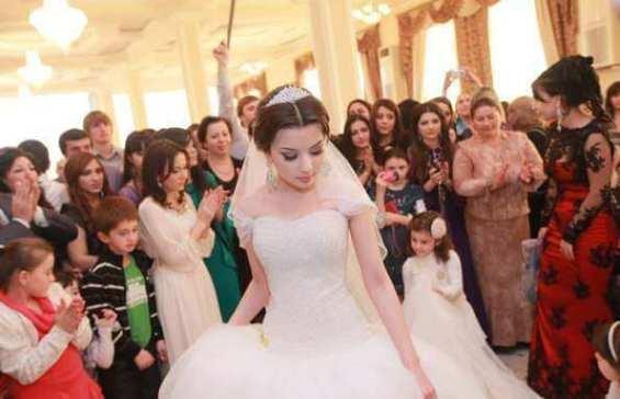 чеченская невеста в танцевальном кругу