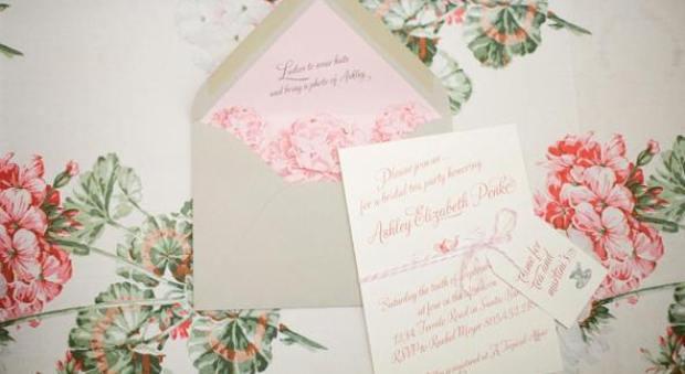 пригласительный с конвертом с розовыми элементами