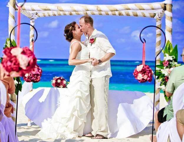 невеста и жених целуются после регистрации брака