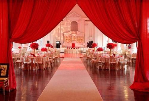 свадебный зал с красными шторами