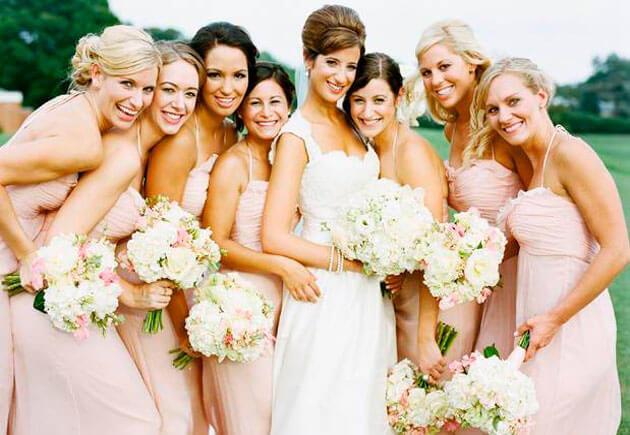 невеста со своими подружками в розовом