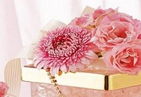 Подарки на розовую свадьбу: настроение годовщины с помощью королевы цветов
