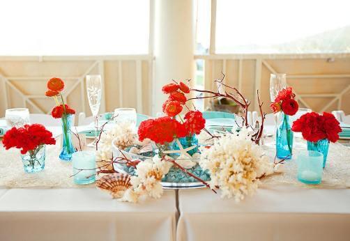 стол с красными цветами