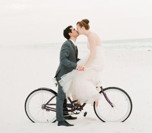 Жених и невесты на велосипеде