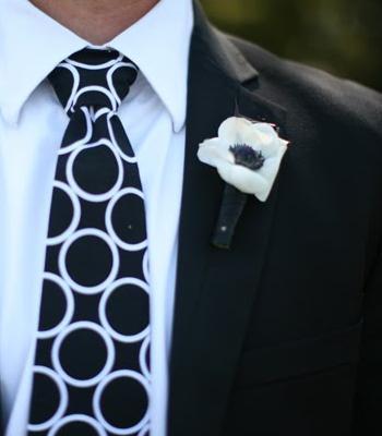 белая бутоньерка на костюме жениха