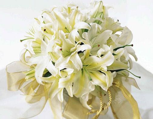 белые лилии в букете