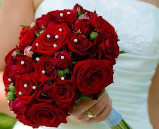 красный свадебный букет с розами