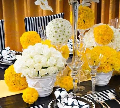 желтые цветы на свадебных столах