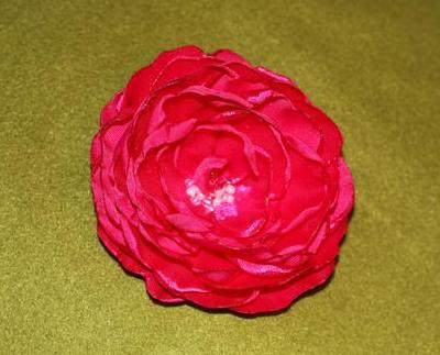 красный цветок из ткани
