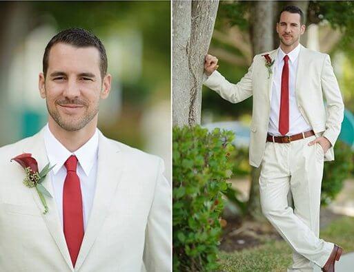 белый костюм жениха с красной бутоньеркой