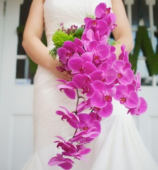 розовые орхидеи в букете