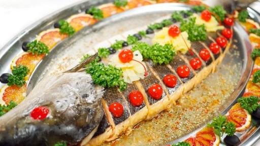 рыба красиво укаршенная на блюде