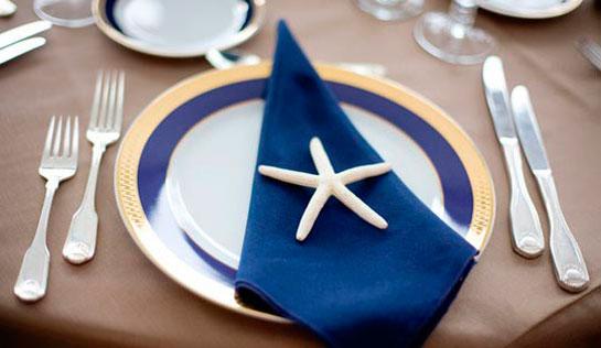 синяя салфетка на свадебном столе
