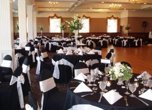 Зал ресторана украшен черными скатертями