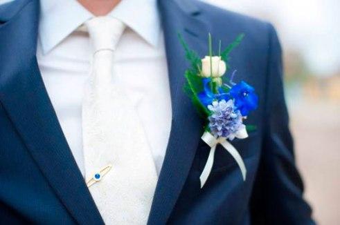 жених в синем костюме