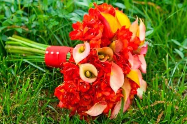 красные фрезии в садебном букете