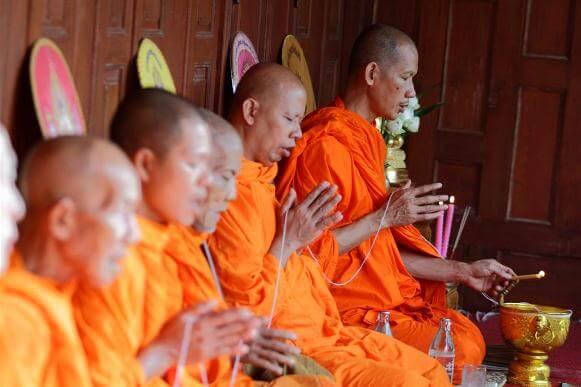 монахи молятся в тайланде