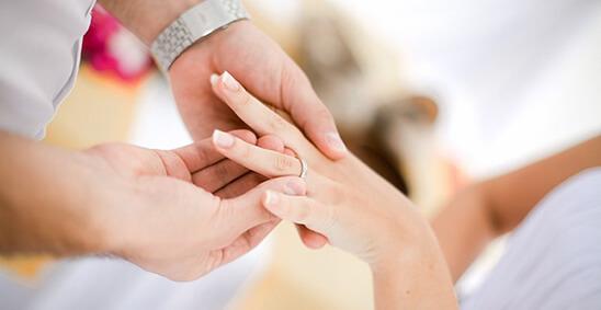 Как носят помолвочные кольца