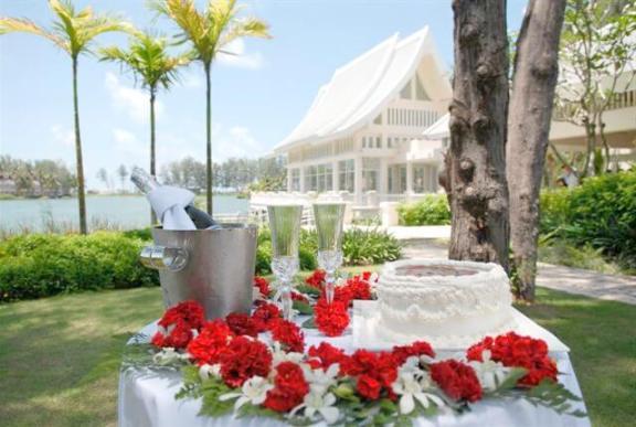 свадебный стол молодожен