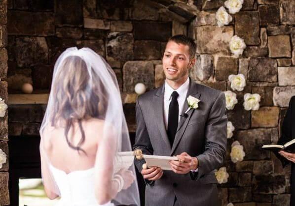 жених читает клятву на свадьбе