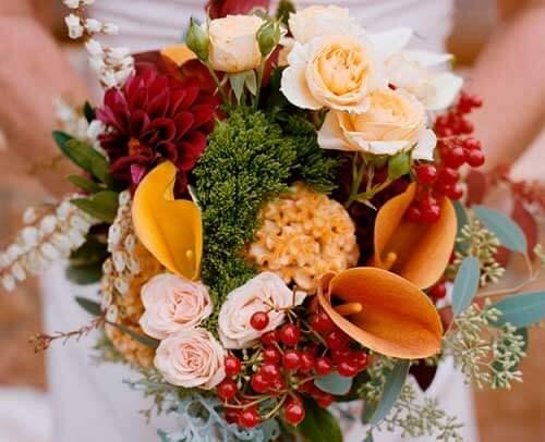 букет с каллами и розами осенний