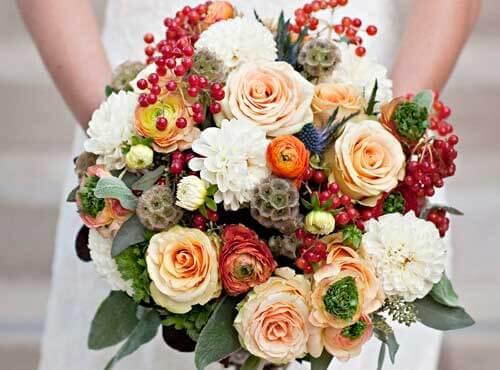 букет невесты с хризантемами и ягодами