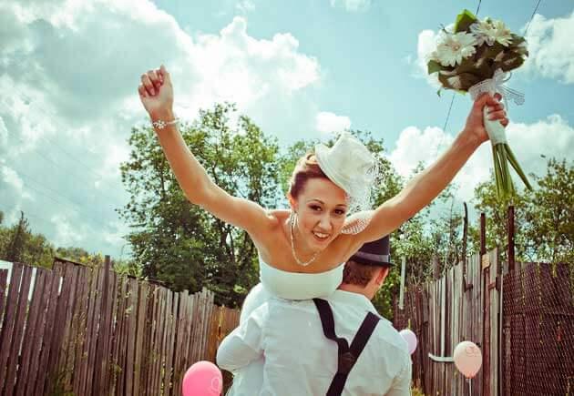 жених уносит невесту с собой