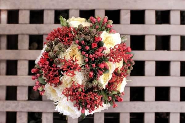 букет зимний с красными цветами