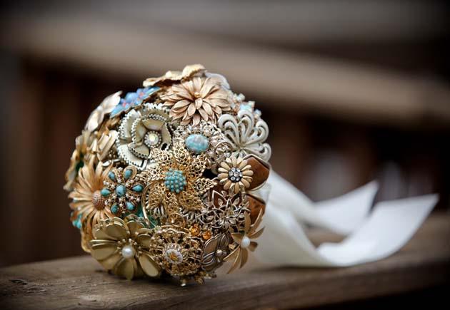 бежевый свадебный букет из брошек