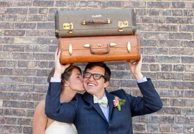 молодожены с двумя чемоданами