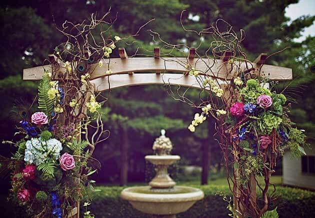 свадебная арка из дерева и цветов
