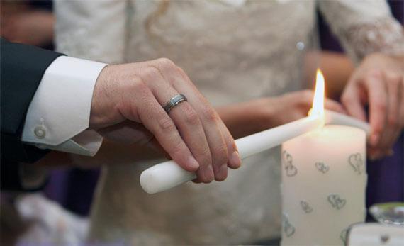 зажигают свечу на свадьбе