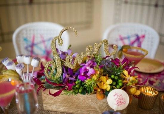 золотые буквы украшают свадебный стол
