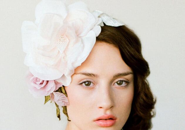 Модная прическа невесты с большим цветком