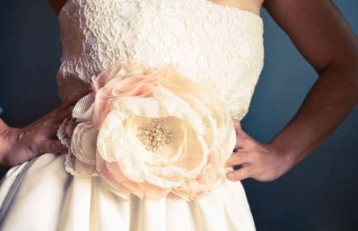 цветок из ткани на платье невесты