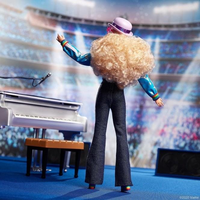 Barbie Elton John: visão da boneca de corpo inteiro, de costas.